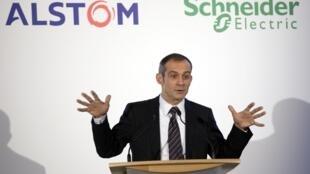 Le PDG de Schneider Electric Jean-Paul Tricoire lors d'une conférence de presse conjointe avec Areva à Paris, le 2 décembre 2009.