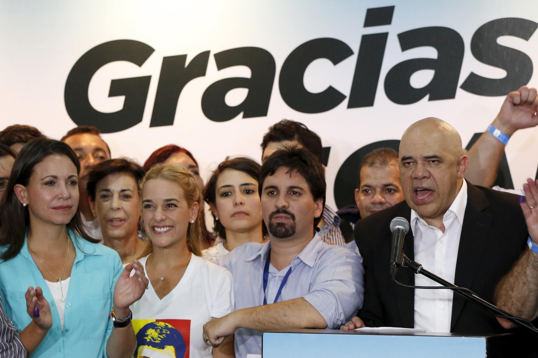 Jesus Torrealba (direita), secretário da coalizão de oposição venezuelana (MUD), junto com Lilian Tintori (2 a esquerda), esposa do líder da oposição venezuelana preso Leopoldo Lopez, durante coletiva em Caracas 07 de dezembro de 2015.