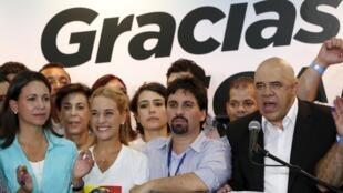 .Представители «Демократического объединения» Венесуэлы на пресс-конференции в Каракасе, 7 декабря 2015 г.
