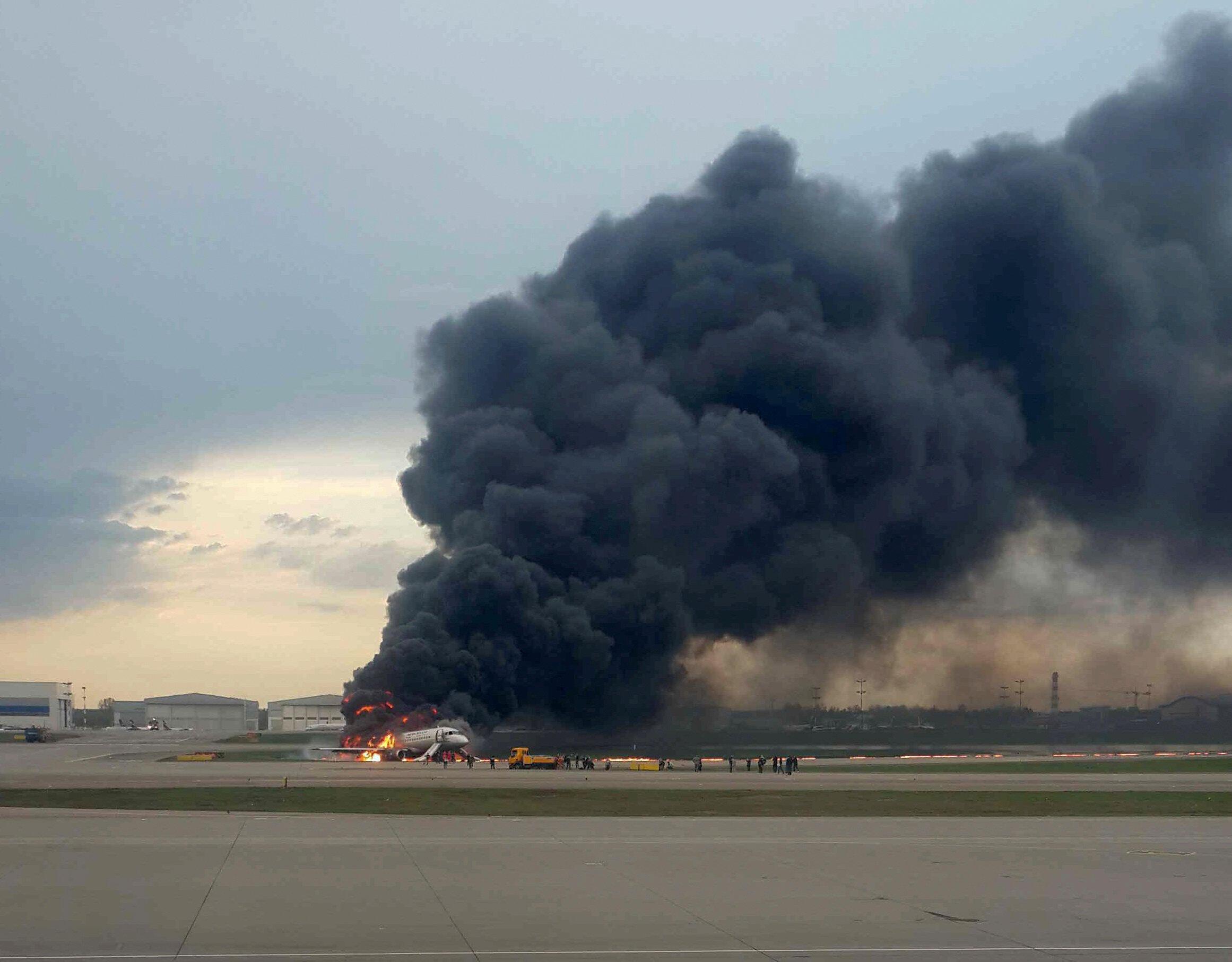 Quarenta e uma pessoas morreram neste domingo (5) no pouso de emergência de um avião da companhia aérea russa Aeroflot, que se incendiou com 78 pessoas a bordo no aeroporto Moscou-Sheremetyevo.