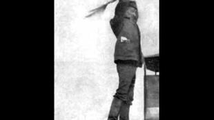 آرسنی آوراموف سمفونی آژیرها را به جای چوبدست، با دو پرچم رهبری کرد