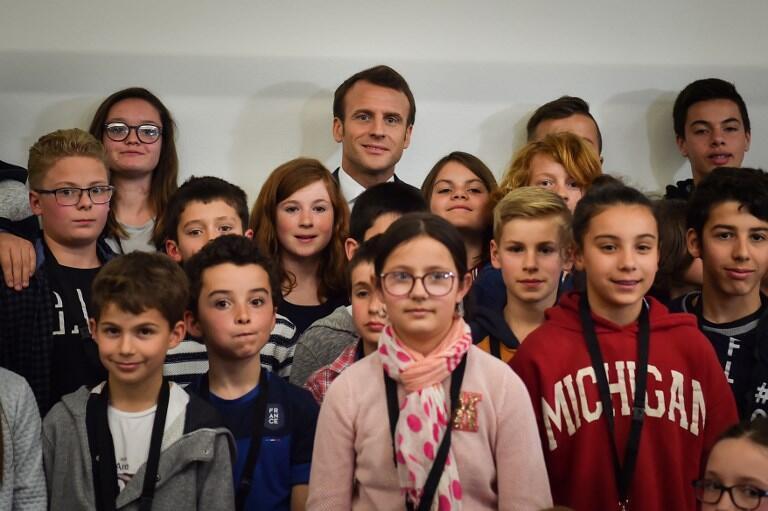 France: Président Macron prend la pose avec des enfants au Beaupréau-en-Mauges située entre Angers et Nantes. jeudi 28 mars 2019. 法国全国大辩论-马克龙总统2019年3月28日周四摄于昂热附近