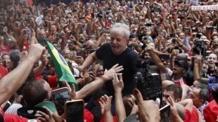L'ancien président brésilien, Lula, accueilli par ses partisans.