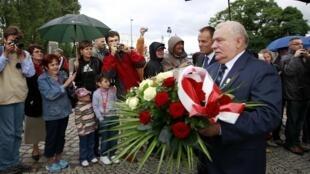 Cựu tổng thống Ba Lan và lãnh tụ Công đoàn Đoàn kết Lech Walesa đặt hoa tưởng niệm những người đã ngã xuống vì phong trào, hôm 29/8/2010 tại Gdansk