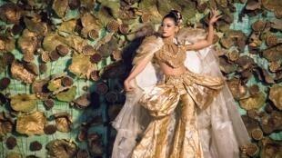 Robe créée par le studio La Chhouk à Phnom Penh et présenté le 30 novembre 2019.