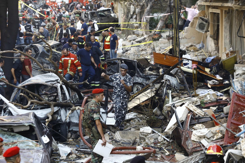 Policiais no meio dos destroços após o atentado à bomba em Beirute.