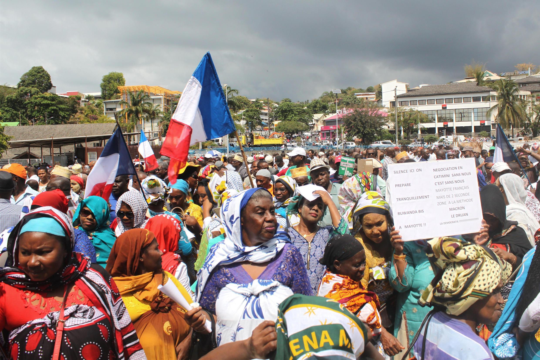 Des Mahorais manifestent à Mamoudzou contre la gratuité des visas entre les Comores et l'île de Mayotte, le 25 septembre 2017.