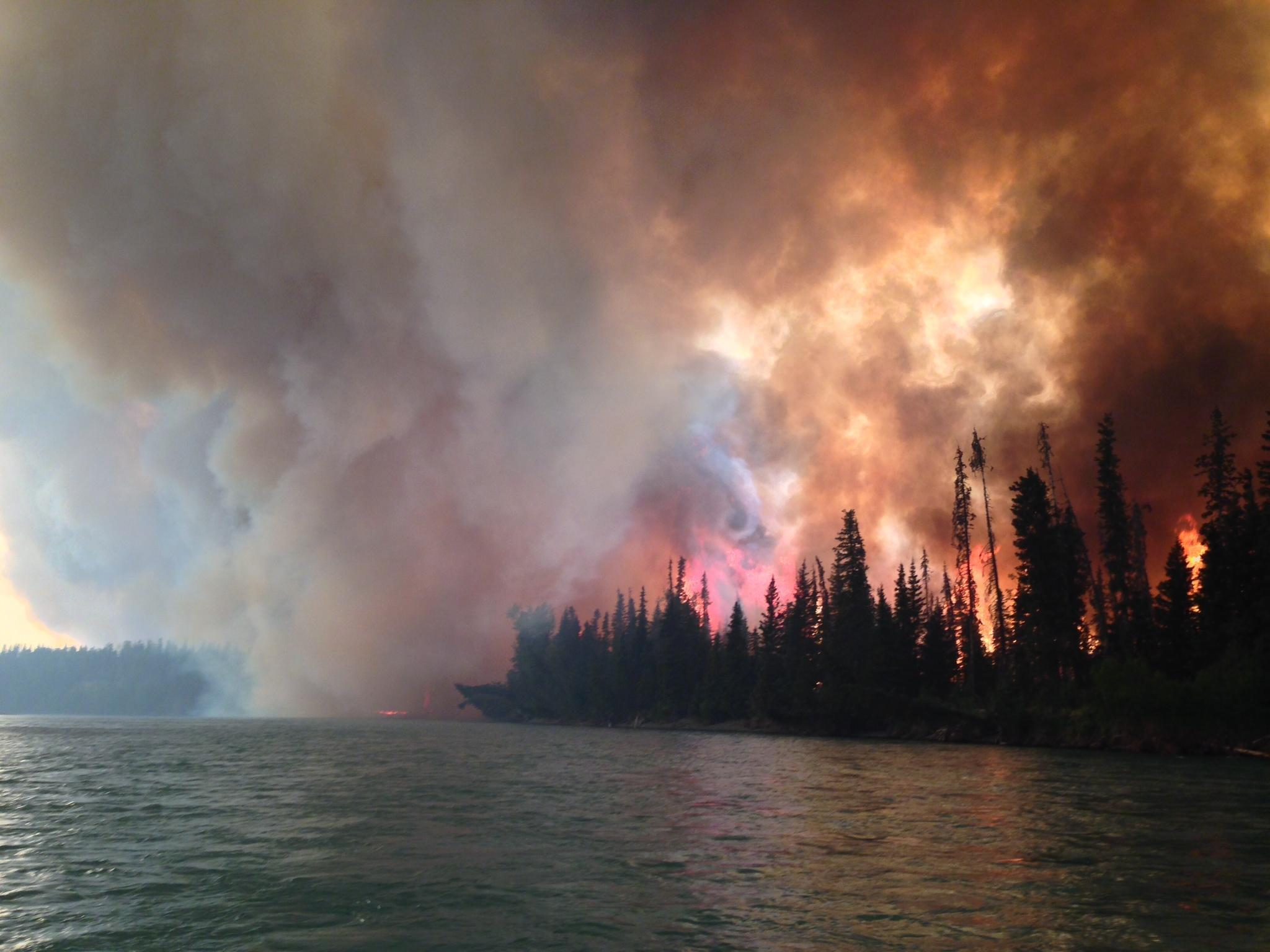 Một vụ cháy rừng tại Alaska, tiểu bang cực bắc nước Mỹ. Nhiều nghiên cứu cho thấy nạn cháy rừng tăng vọt liên quan đến Biến đổi khí hậu.
