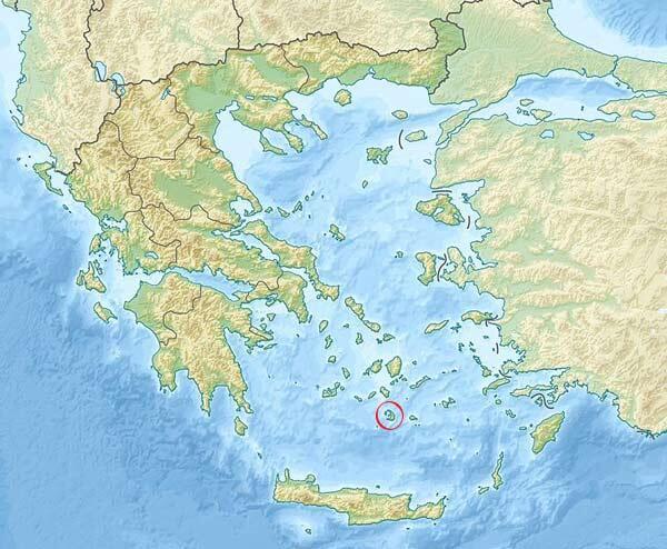 L'île grecque Santorin, de son nom antique Thora, fondée à l'époque archaïque, est un vestige d'une ancienne île partiellement détruite vers 1600 av. J.-C. au cours de l'éruption minoenne.