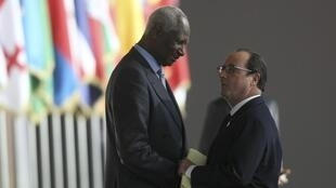 French President François Hollande and former Senegal President Abdou Diouf at the French-speaking countries' summit in Dakar in November 2014.