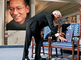 图为2010年时任诺奖委员会主席贾格兰德为刘晓波放置获奖空椅