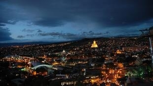 Tbilissi, la capitale géorgienne, de nuit.