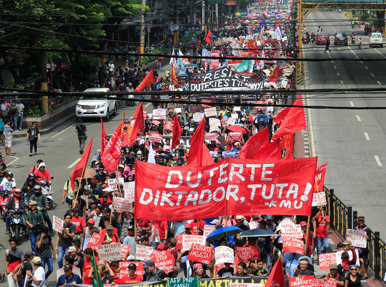 Đoàn biểu tình chống Duterte tiến đến Phủ tổng thống Philippines, Manila, ngày 21/09/2017.