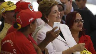 Tổng thống Dilma Roussef  cùng với các ủng hộ viên ngày 30/03/2016.