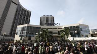 Des gens rassemblés autour d'une agence de la BIAO, la Banque Internationale de l'Afrique de l'Ouest, le jour de la reprise de l'activité bancaire en Côte d'Ivoire. Abidjan, le 28 avril 2011.