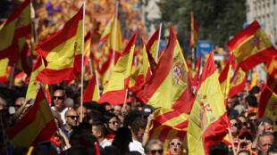 Uma mar de bandeiras espanholas toma conta de Barcelona.