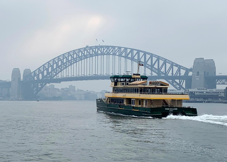 存档图片:澳大利亚悉尼港湾大桥远景 Image d'archive: Un ferry passe non loin du Sydney Harbour Bridge (Australie).