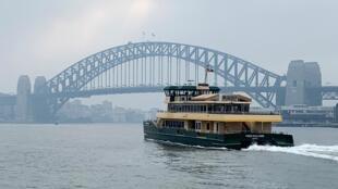 存檔圖片:澳大利亞悉尼港灣大橋遠景 Image d'archive: Un ferry passe non loin du Sydney Harbour Bridge (Australie).
