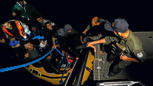 Des migrants tunisiens secourus par la marine, à Bizerte le 12 octobre 2017.