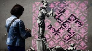 A obra do artista Banksy faz parte de uma série de novas obras descobertas neste final de semana e espalhadas pelas ruas da capital.