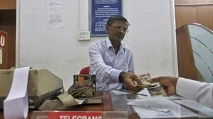 Những ngày hoạt động cuối cùng cùng của Trung tâm điện tín, Bưu điện Bombay, Ấn Độ (Ảnh chụp ngày 10/07/2013)