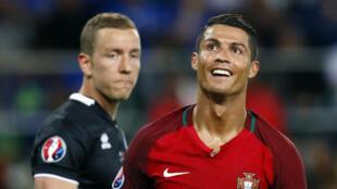 Danh thủ Bồ Đào Nha Cristiano Ronaldo đã không phá thủng được lưới của thủ môn Iceland Hannes Halldorsson. Bồ Đào Nha-Iceland : 1-1