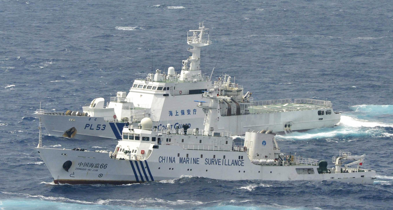 Tàu tuần duyên Nhật Bản (trên) chặn tàu hải giám Trung Quốc tiến vào vùng quần đảo Senkaku/Điếu Ngư, biển Hoa Đông, 24/09/2012