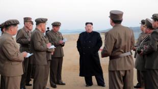 Le dirigeant nord-coréen Kim Jong-un assiste à l'essai d'une nouvelle arme tactique, le 16 novembre 2018.