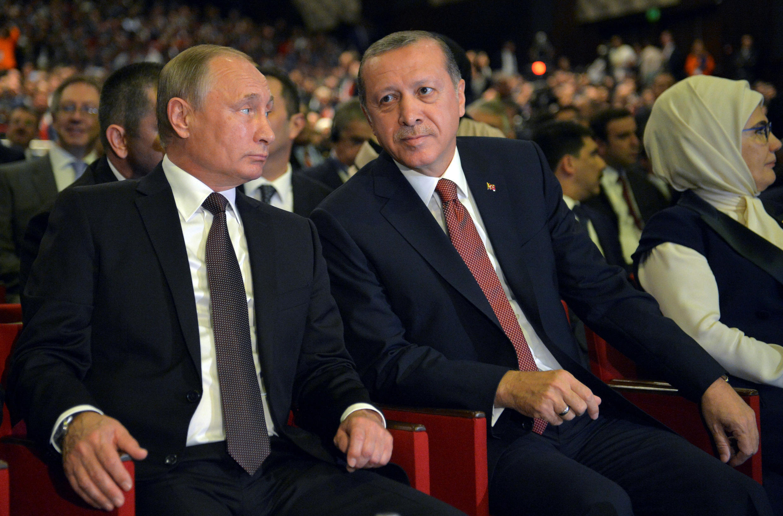 2016年10月10日俄羅斯總統普京(左)與土耳其總統埃爾多安在伊斯坦布爾出席世界能源大會。