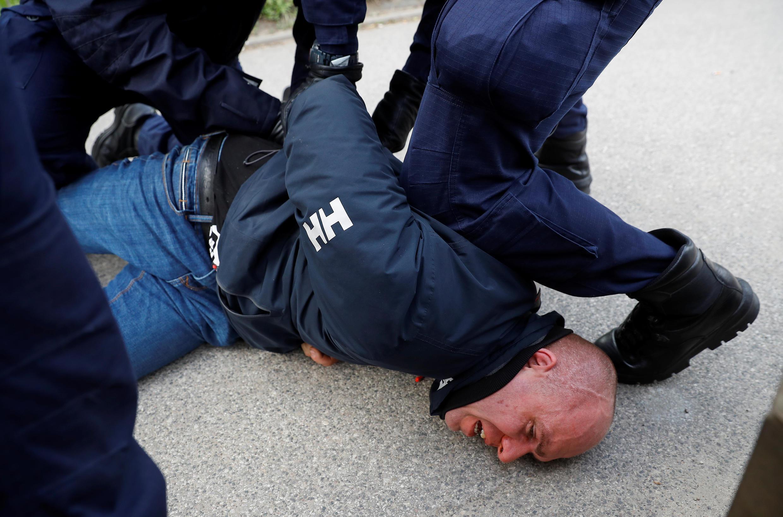 Polícia reagiu com bombas de gás lacrimogêneo e prendeu vários manifestantes em Varsóvia