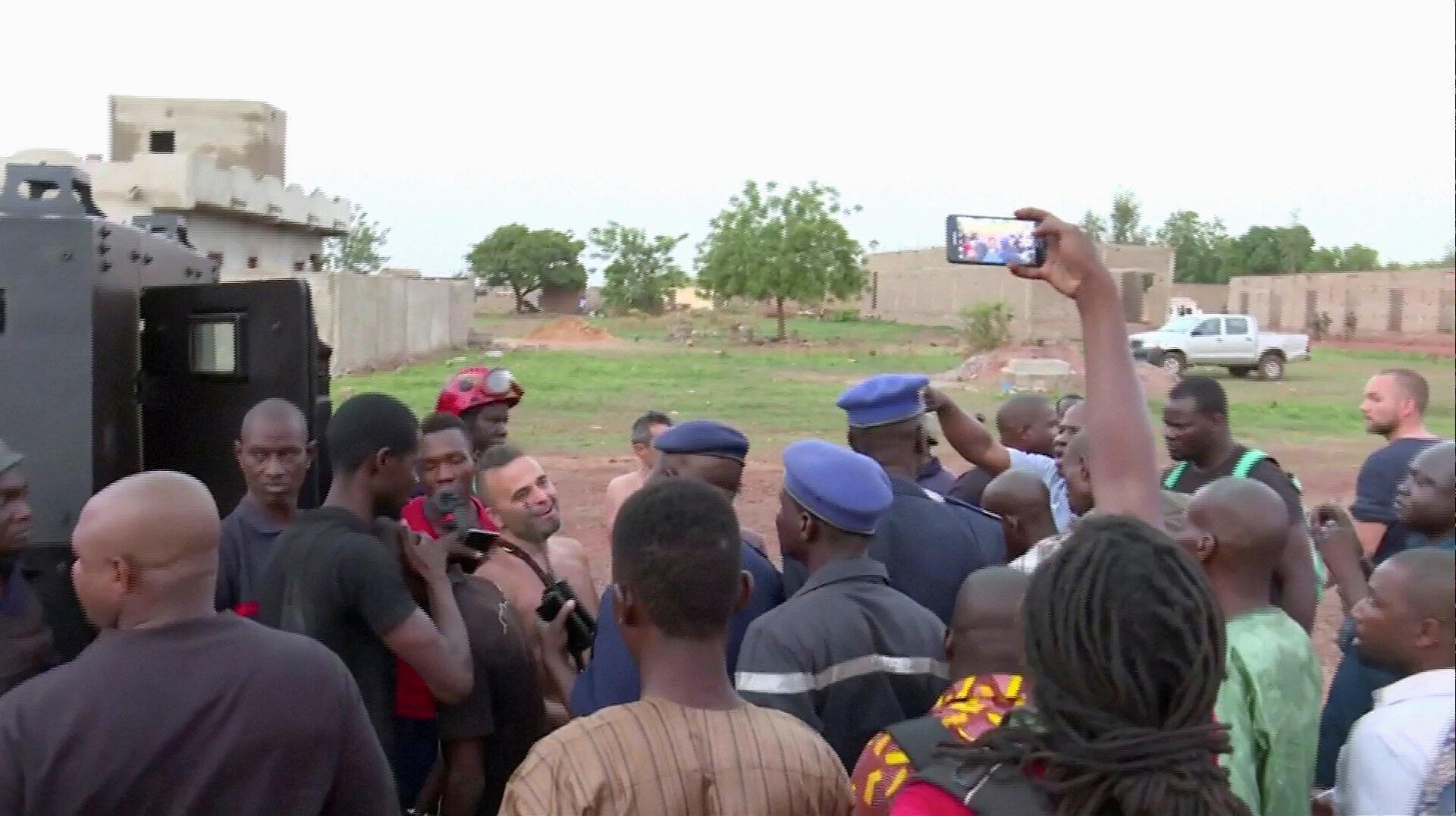La police avec 4 personnes sauvées de l'hôtel  Kankaba suite à une attaque d'hommes armés qui ont pris d'assaut l'hôtel à Dougourakoro, à l'Est de la capitale Bamako, au Mali le 18 juin 2017.