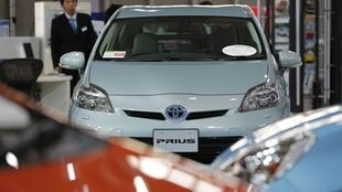Toyota Prius, um dos modelos recolhidos, é exibido no showroom da empresa, em Tóquio