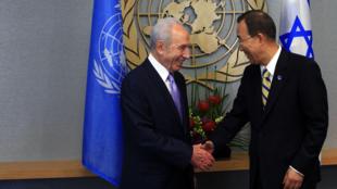 Le président israélien, Shimon Peres (g) et le secrétaire général de l'ONU, Ban Ki-moon, lors du sommet de l'ONU sur les Objectifs du Millénaire pour le Développement, à New York, le 20 septembre 2010.