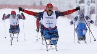 Russo Roman Petushkov comemora sua medalha de ouro no srpint de 1 km do cross country nos Jogos de Sochi, nesta quarta-feira, 12 de março.
