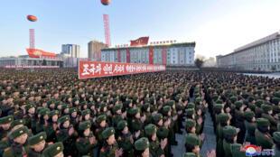 Militares norte-coreanos participam de celebração na praça Kim Il-sung, em Pyongyang, em 01/12/2017.