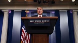 Donald Trump wakati wa mkutano wa kila siku na waandishi wa habari kuhusu janga la Corona, katika Ikulu ya White, Aprili 20, 2020.