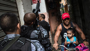 Policías en la favela Complexo da Maré, en Río de Janeiro.