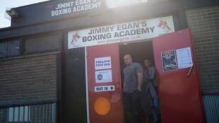 Des électeurs quittent un bureau de vote atypique situé dans une académie de boxe.