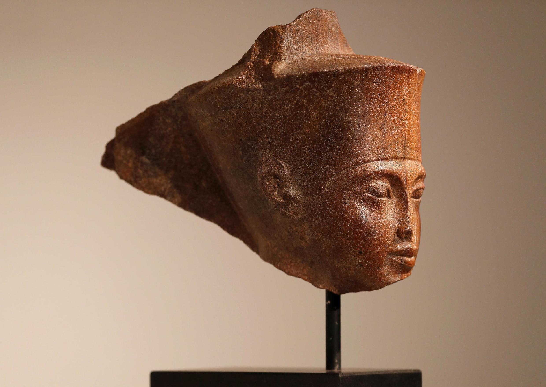 Busto de Tutancâmon apresentado pouco antes do leilão.