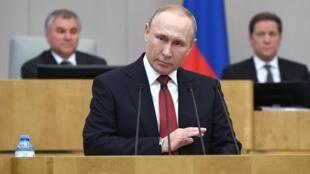 Vladimir Putin se dirige a los diputados rusos durante el debate en segunda lectura de la reforma constitucional en la Duma, la cámara baja del Parlamento ruso, el 10 de marzo de 2020 en Moscú