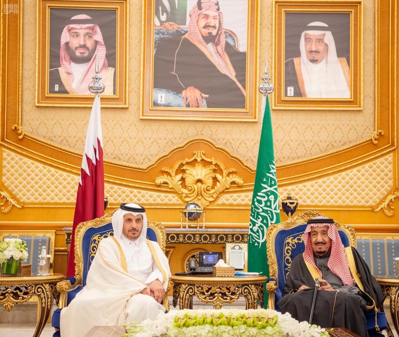 មហាក្សត្រអារ៉ាប៊ីសាអូឌីត Salman bin Abdulaziz Al Saud (រូបស្តាំ) និងនាយករដ្ឋមន្រ្តីកាតា Sheikh Abdullah bin Nasser bin Khalifa Al Thani ក្នុងឱកាសជំនួបកំពូលក្រុមប្រឹក្សានៃកិច្ចសហប្រតិបត្តិការឈូងសមុទ្រពែក្សរៀបចំក្នុងប្រទេសអារ៉ាប៊ីសាអូឌីត ថ្ងៃទី១០ ធ្នូ