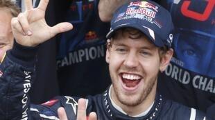 O piloto Sebastian Vettel comemora seu título de tricampeão mundial, em 25 de novembro de 2012.