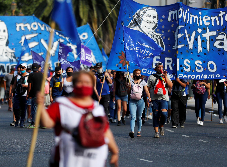 La gente marcha hacia el Congreso Nacional mientras la cámara baja de Argentina debate un proyecto de ley para aplicar un impuesto único a los súper ricos, con el fin de ayudar a pagar la respuesta a la enfermedad coronavirus (COVID-19), en Buenos Aires