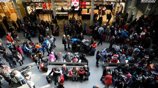 Pessoas esperam devido a atrasos do Eurostar na Estação Ferroviária de St Pancras em Londres, Grã-Bretanha, 30 de março de 2019