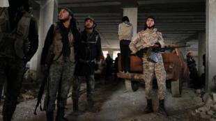 Rebeldes sírios dentro de prédio na zona oeste de Aleppo nesta quinta-feira, 3 de novembro de 2016.