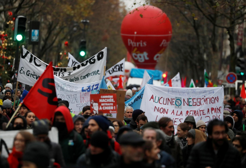 Manifestation à Paris alors que la France fait face à son huitième jour de grèves consécutives contre les plans de réforme des retraites du gouvernement, 12 décembre 2019.