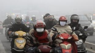 浙江紹興居民在霧霾中2013年12月5日。
