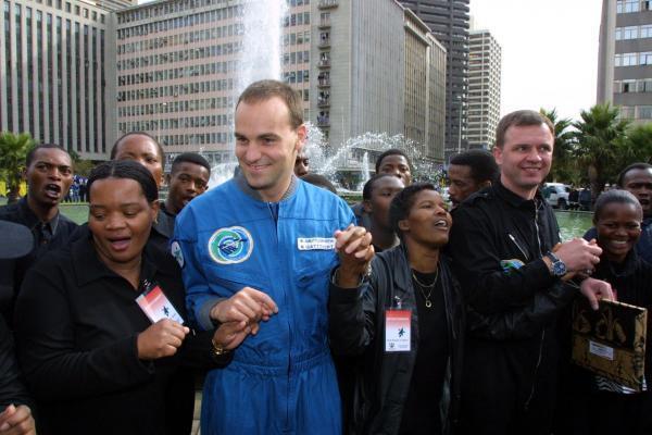 Mark Shuttleworth, le premier citoyen africain à être envoyé en orbite autour de la Terre, à son retour sur le 5 mai 2002.