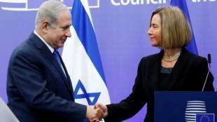 以色列总理内塔尼亚胡与欧盟外交高级代表莫盖里尼握手