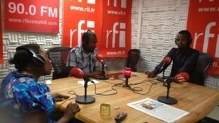Dr. Mfyuzi  na mama Abduli wakiwa studio RFI